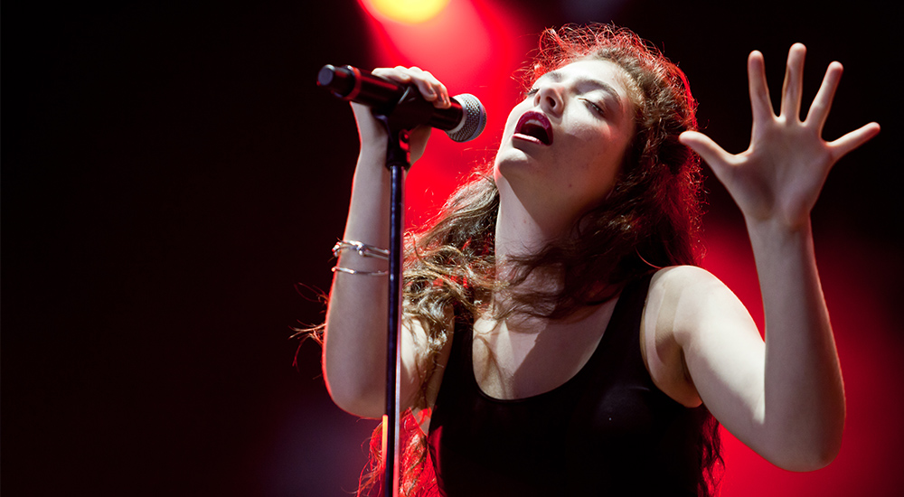 By Liliane Callegari - Flickr: Lorde @ Lollapalooza 2014, CC BY 2.0, https://commons.wikimedia.org/w/index.php?curid=32207309